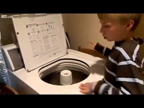 Мальчик освоил игру на стиральной машине
