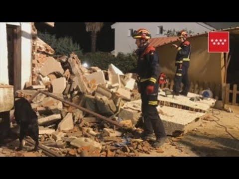 Rescatan a una pareja de ancianos entre los escombros de su vivienda tras una explosión de gas en Madrid