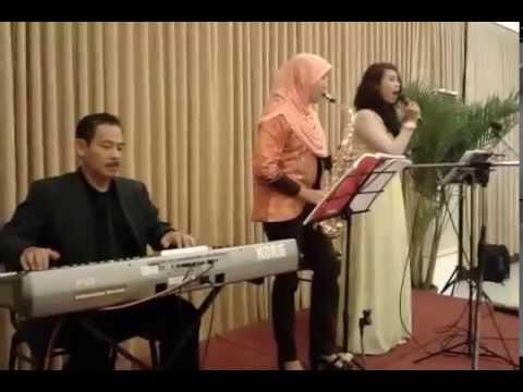 Menikahimu Kahitna - Cover by Dewi & Retika (Saxophone ...