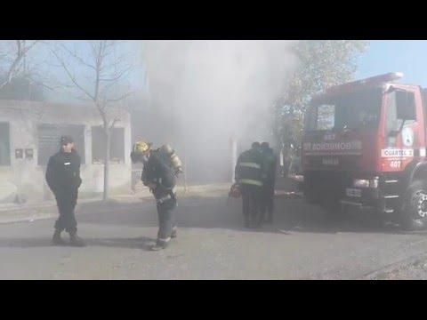 De milagro, una niñera y dos pequeños hermanos se salvaron al quemarse una casa