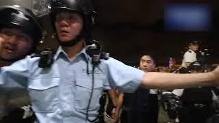 「103萬人遊行反送中惡法」警方對立法會聚集的示威者清場 雙方爆發激烈衝突 胡椒噴霧擊退了鐵馬攻擊(2)