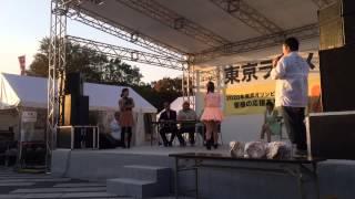東京ラーメンショー2013にて行われたエア湯切り対決。 石岡真衣(怪傑!...