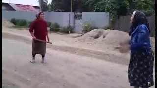 2 babe se bat pe strada :)))
