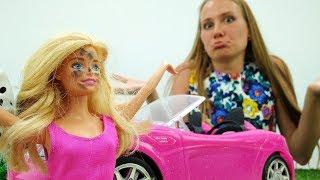 Видео для девочек. Барби ЧИНИТ машину! Мамы и дочки.