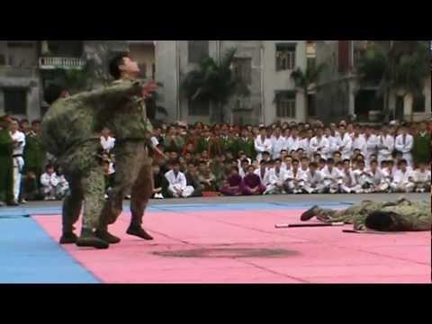 Chiến sĩ đặc công trổ tài một đánh 4 trong tình huống trận giả