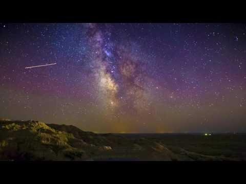 Airglow & Milky Way over Badlands National Park - Time-lapse [4K]