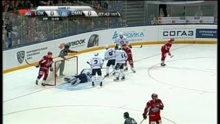Scrivens unable to find the puck on the slot, Lokomotiv unable to score