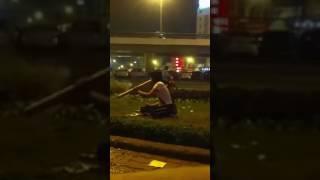 Cewek Ini Cuek Banget Merokok Di Pinggir Jalan Raya