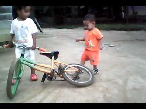 Nurul & rezki kecil main sepeda tempat gaek