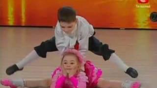 Repeat youtube video Ura tiene 7 años. Karina 6. Increíbles niños prodigio en tienes talento de Ucrania