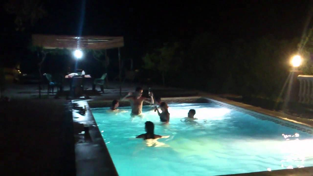 Fiesta en la piscina youtube for Piscina villares de la reina