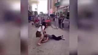 Парень вцепившись в ногу девушки