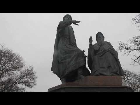 Керчь.Обновленный сквер морвокзала.Памятник.Братья Ходаковские.