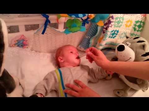 Как дать лекарство грудному младенцу
