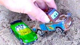 Тачки и Метр застряли в песчаных горах и спасают друг друга