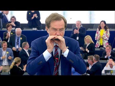 """Bewegender Moment: Abgeordneter spielt """"Ode an die Freude"""" im EU-Parlament"""