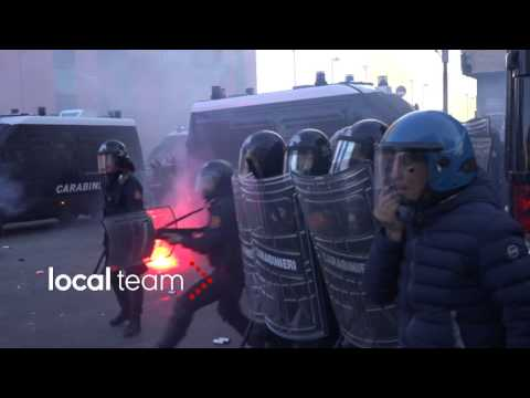 Scontri a Napoli, molotov contro i blindati dei carabinieri