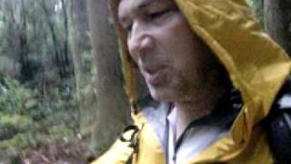 雨の中でトレッキング中にモーリーが語りました。