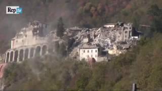 La scossa che questa mattina ha fatto tremare il centro italia colpito anche le zone già danneggiate dal sisma del 24 agosto. paese di arquata tron...