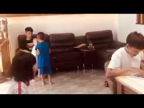 Hồ Văn Cường vui chơi cùng các em nhỏ