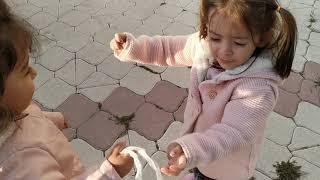 Ayşe Ebrar ve Asel Markete Alışverişe Gitti. Marketten Ozmo Çikolata Aldılar.Eğlenceli Çocuk Videosu