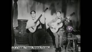 El dúo cómico Buono y Striano cantando una canción cómica que todavía no me se el titulo, Salvador Striano sin chaqueta y Rafael Buono con chaqueta y ...