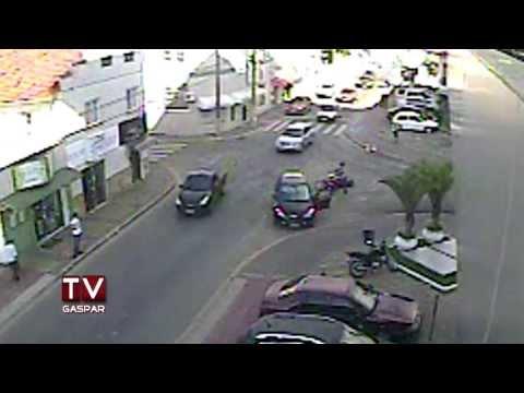 Câmera ao vivo da TV Gaspar flagra acidente