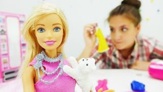 Видео для девочек. Барби нечего надеть! Выбираем наряды. Видео с Барби