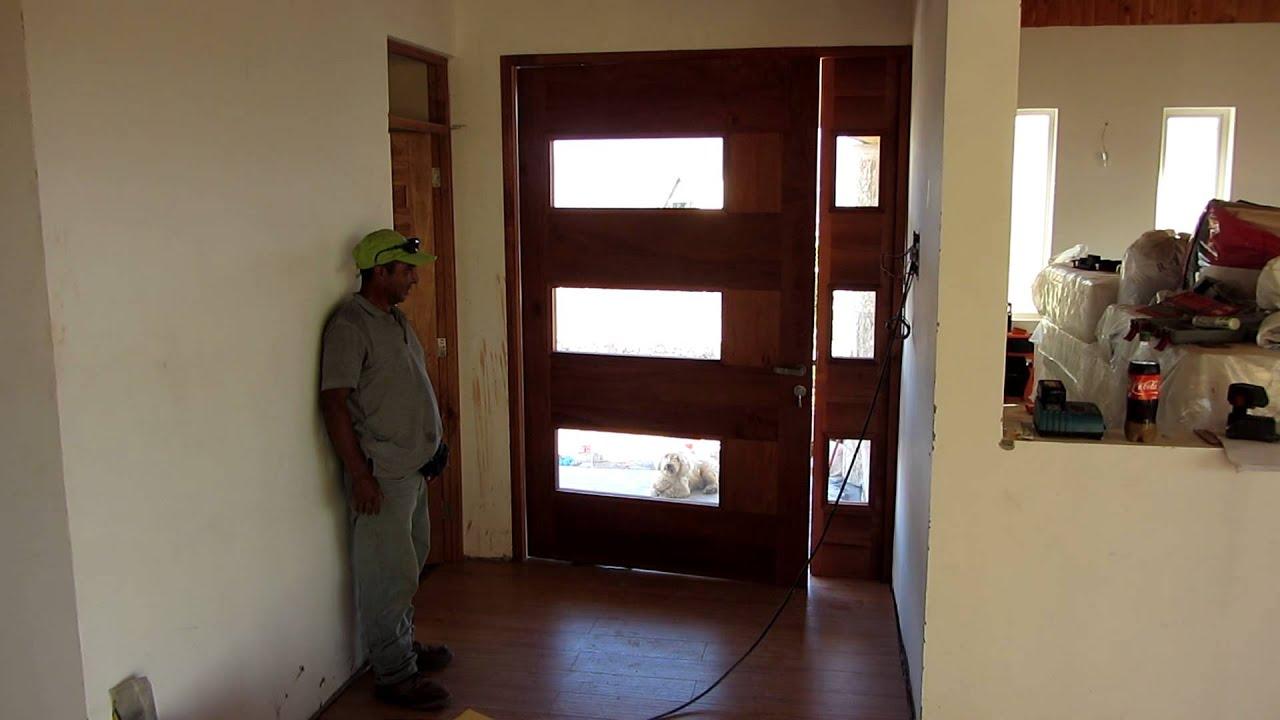 Puerta con pivote exc ntrico y cierre autom tico youtube for Puertas principales de madera
