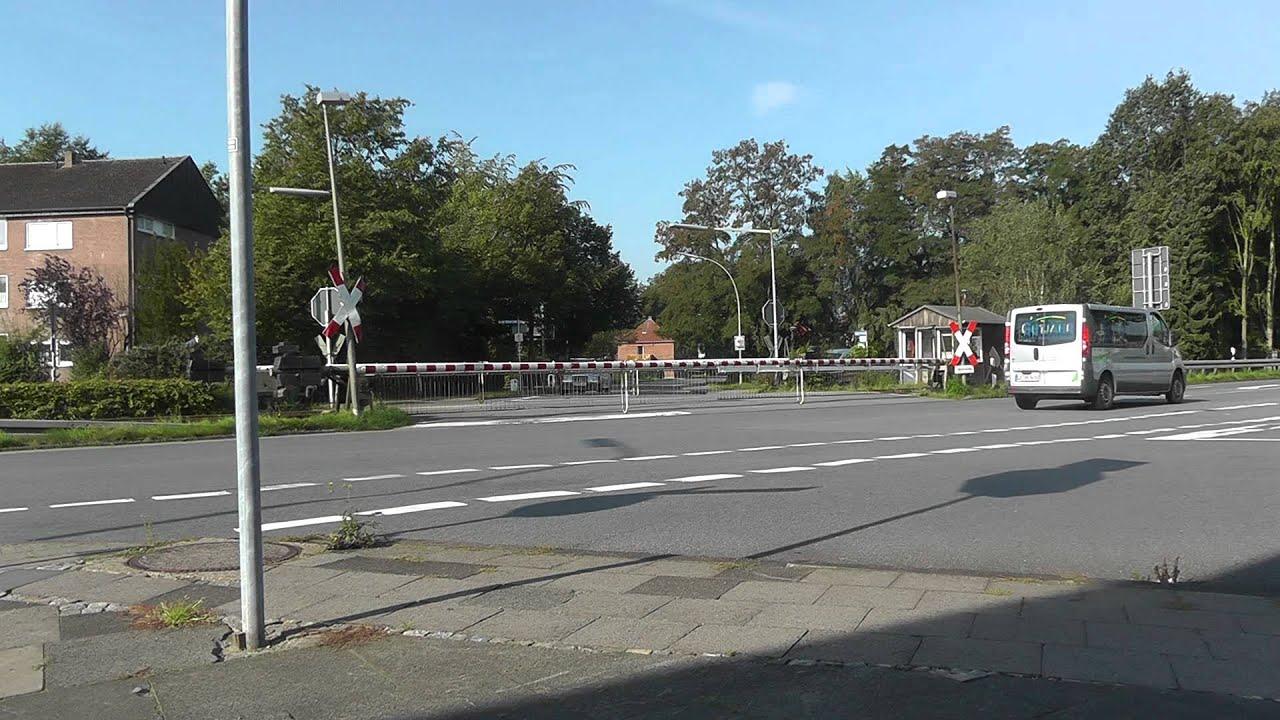 Alter Bahnübergang mit Läuterwerk mit 4 Schranken Posten 7 in ...