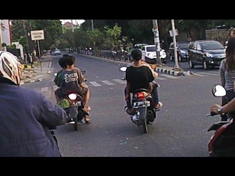 BOCAH DIBAWAH UMUR NAIK MOTOR, MEMANG GILAAAAAAA!!!