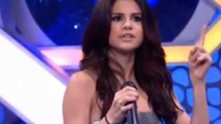 Selena Gomez canta un poquito en español