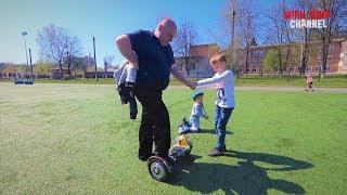 Гироскутер Дима катается по стадиону Дед пробует проехать на гироскутере, а Даша катается на роликах