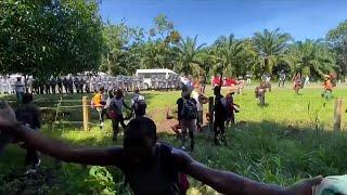 شاهد: الحرس الوطني المكسيكي يحتجز مهاجرين هايتيين قبل بلوغهم الحدود الأمريكية…