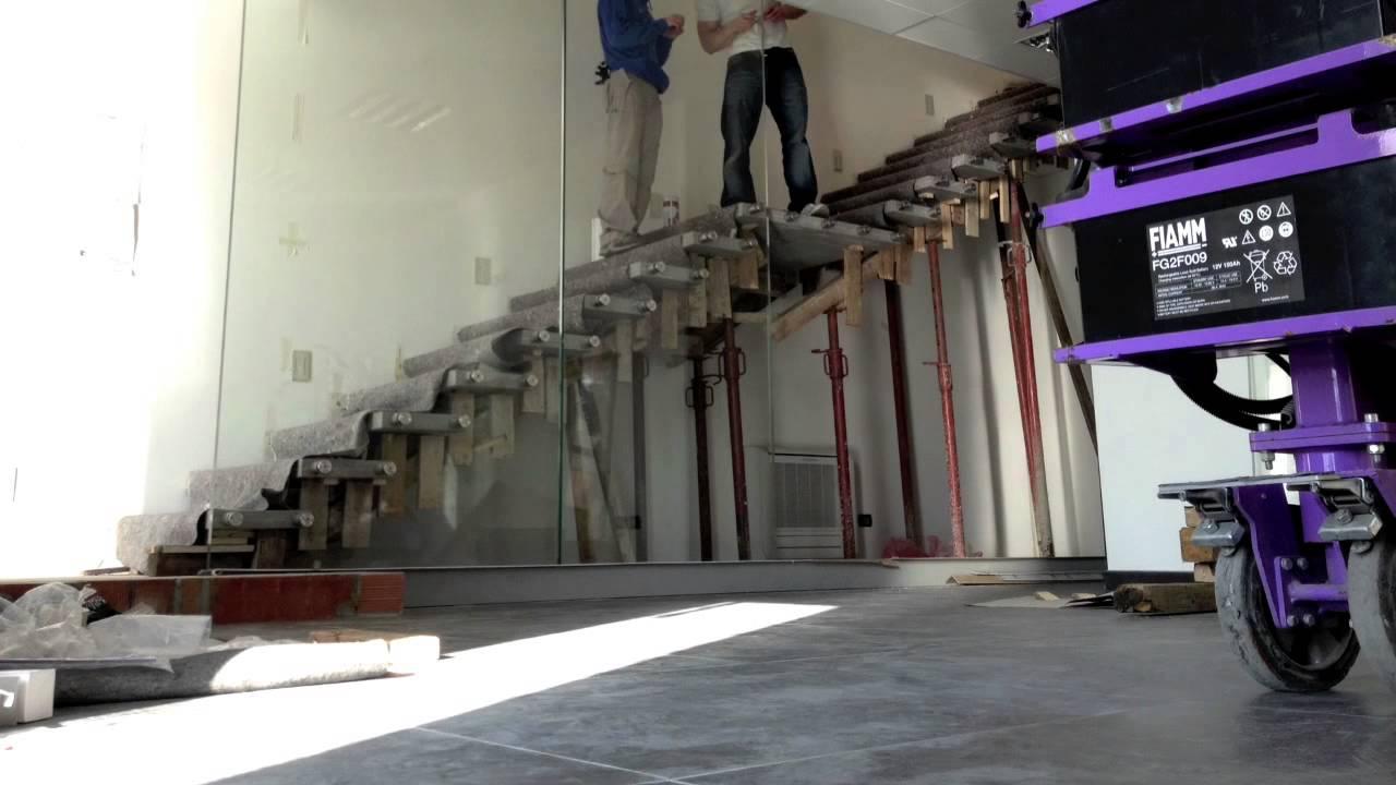 Scala a sbalzo con vetro strutturale youtube - Costruzione scale interne ...