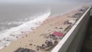 Un mini-tsunami surprend des touristes sur la plage aux Pays-bas