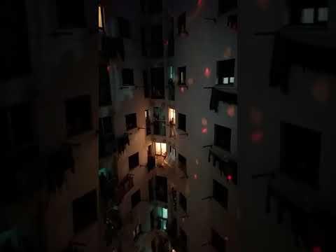 Espectacular homenaje con luces a los sanitarios en un patio interior de Antonia Céspedes, este domingo