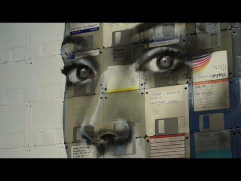 فنان بريطاني يصنع أعمال فنية من وسائط تخزين البيانات  - 18:54-2018 / 9 / 15