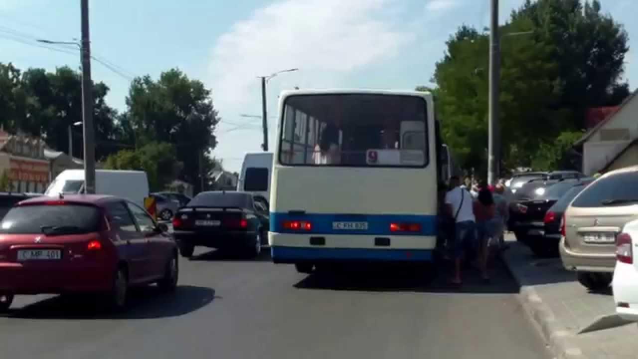 Microbuze de rută scot fum mai negru decît autobuzul