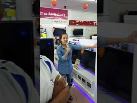 Em gái test dàn karaoke tại Điện máy Chợ lớn