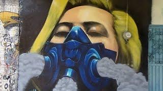 Pintando un rostro de una chica con mascara de gases