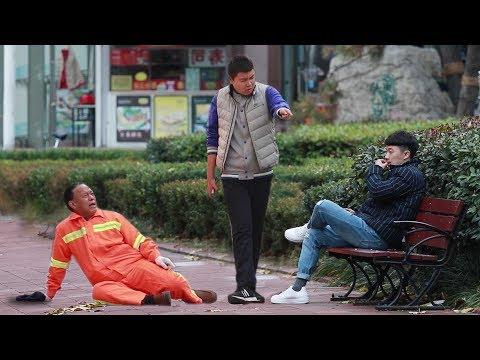 小伙街头打骂环卫工人,姑娘冲上来就是一拳!(中国社会实验)