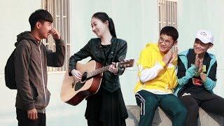 中国街头测试:漂亮姑娘突然对男生唱情歌,他们都按捺不住了