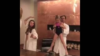 Иван Жидков танцует в бане с семьей