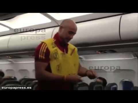 Pepe Reina hace de azafato en el avión de la Selección