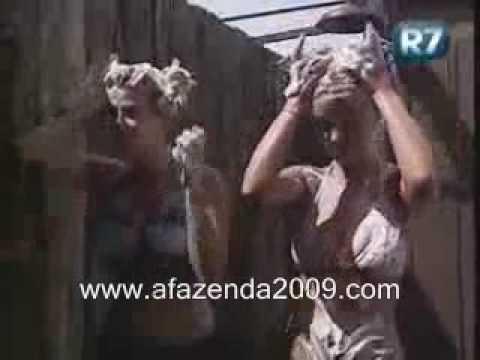 A Fazenda 2 - Karina Bacchi e Maria Joo tomando banho