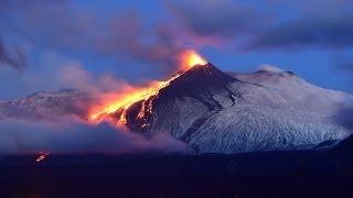 Eruzione dell'etna, con esplosioni, fontane di lava e colata lavica. 16 dicembre 2013