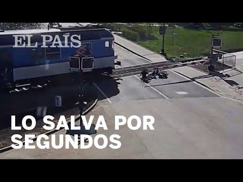 Un Motociclista Se Cae Sobre Las Vías Del Tren Y Lo Salvan Segundos Antes De Ser Atropellado