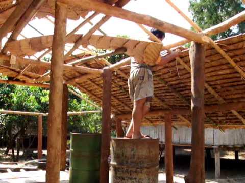 construction d 39 une maison tribu karen pose du toit www. Black Bedroom Furniture Sets. Home Design Ideas