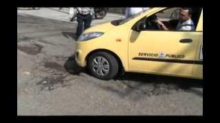 Reparen las vías, reparen las vías!!! exigen los habitantes de la comuna 8 de Cali
